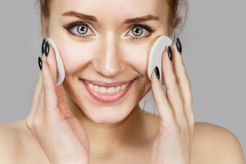 Portrait de la fille riante gaie appliquant la mousse pour laver sur son visage Belle femme rousse avec l'aspect attrayant peau image libre de droits