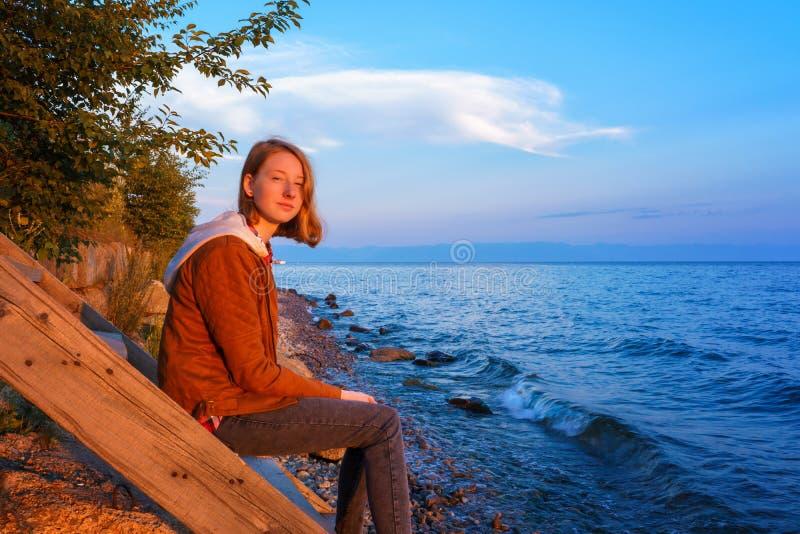 Portrait de la jeune belle dame admirant le paysage o d'été photos libres de droits
