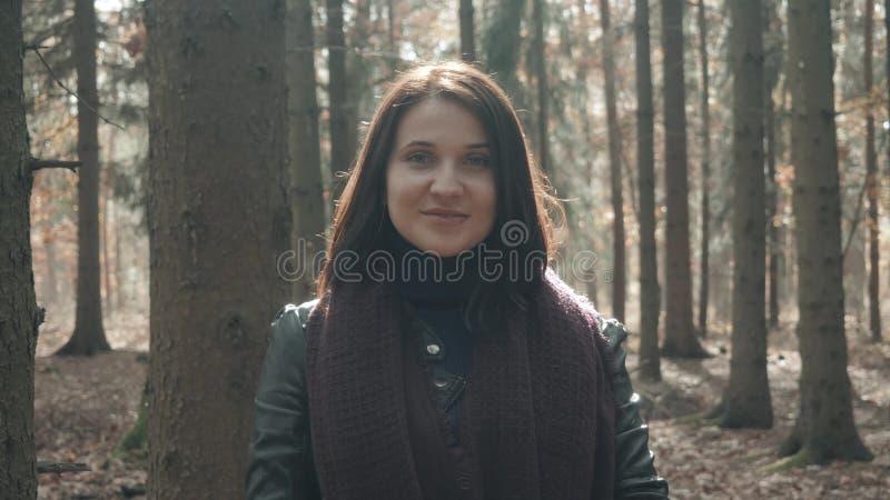 Portrait de la jeune belle femme marchant en parc d'automne Fille marchant en Forest In Fall, concept de mode de vie image libre de droits