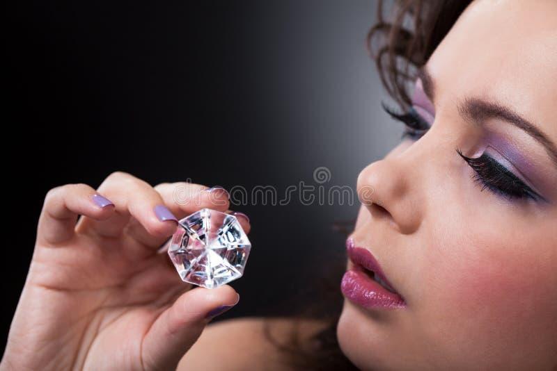 Jeune femme tenant des diamants images stock