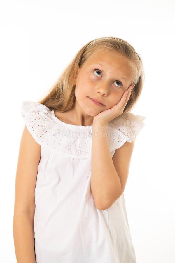 Portrait de la jeune belle fille rêvant et pensant Émotions et expression du visage humaines photographie stock