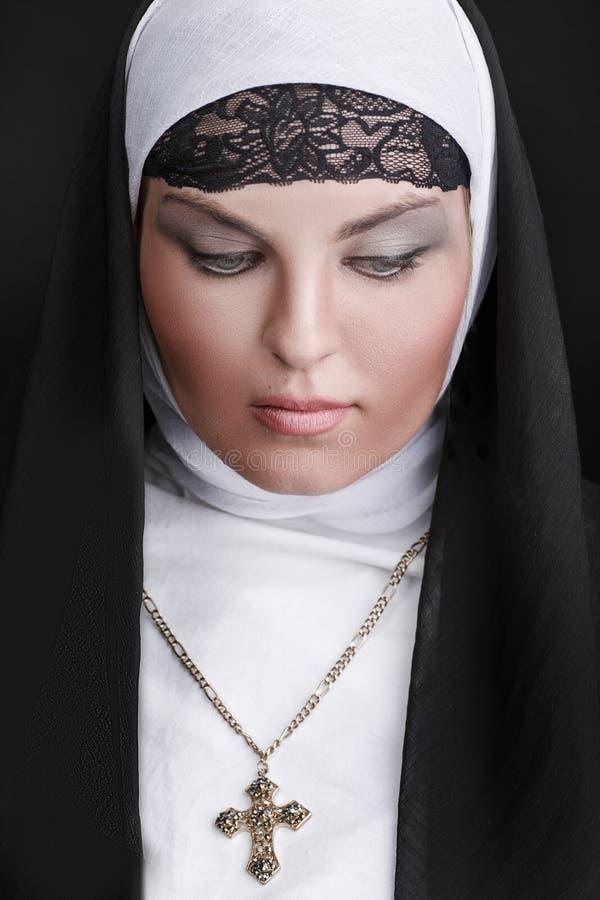 Portrait de la jeune belle nonne photographie stock