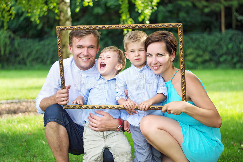 Portrait de la jeune famille posant dans le jardin image libre de droits
