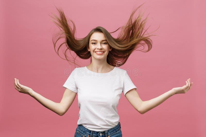 Portrait de la jeune femme adorable folle jouant avec ses poils fille émotive d'isolement sur le fond blanc image stock