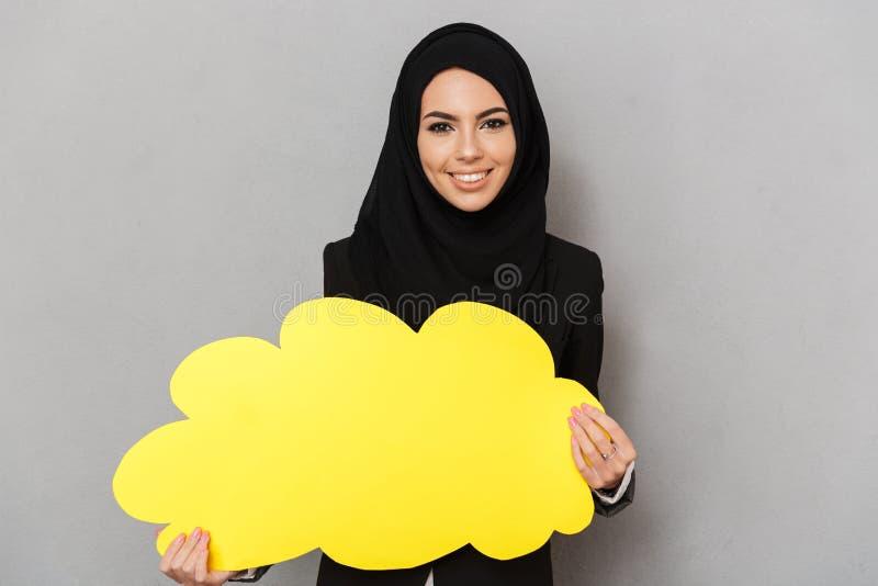 Portrait de la jeune femme arabe 20s dans l'habillement traditionnel noir photos stock