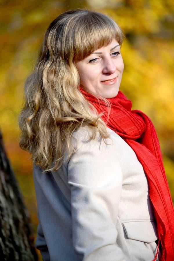 Portrait de la jeune femme avec avec regardé vers le bas et d'une cicatrice rouge photographie stock libre de droits