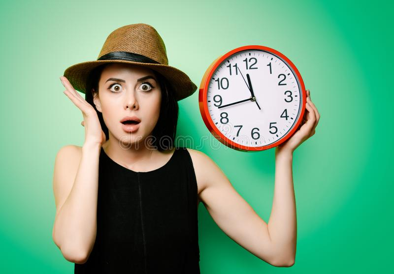 Portrait de la jeune femme avec l'horloge photographie stock libre de droits
