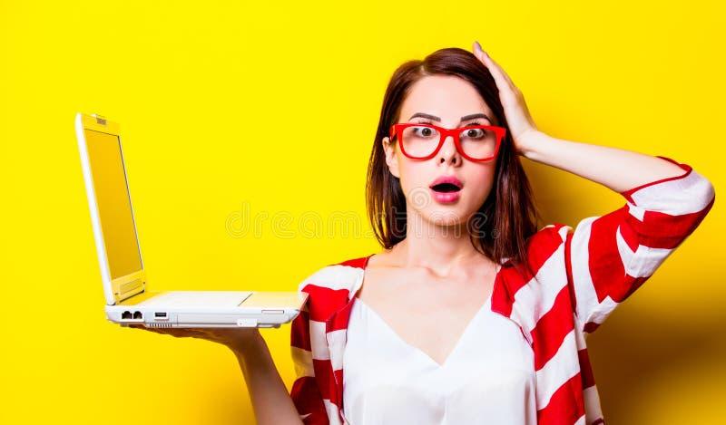 Portrait de la jeune femme avec l'ordinateur portable images stock