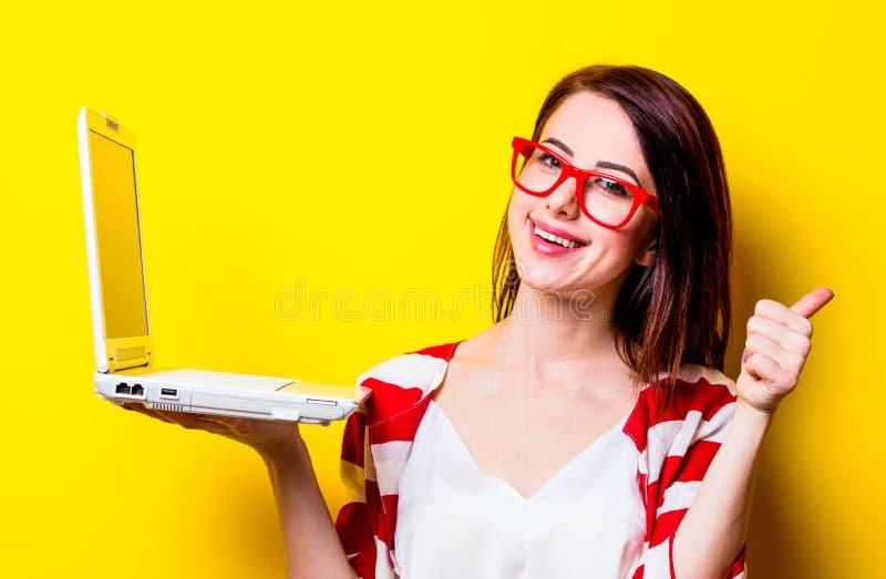 Portrait de la jeune femme avec l'ordinateur portable photos libres de droits
