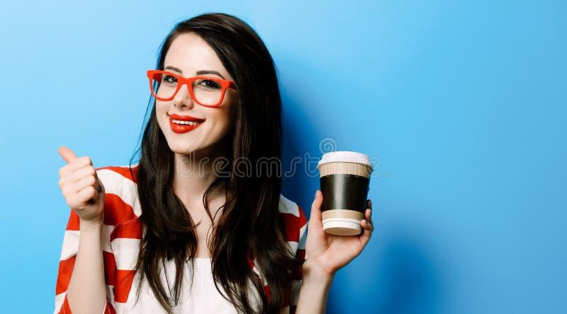 Portrait de la jeune femme avec la tasse de café photo stock