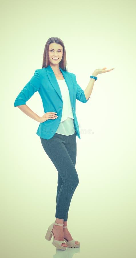 Portrait de la jeune femme d'affaires dirigeant quelque chose photos libres de droits