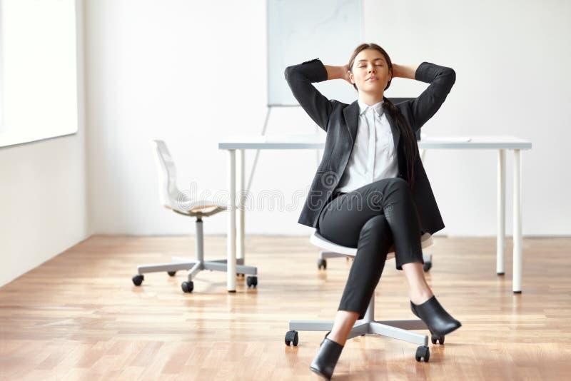 Portrait de la jeune femme d'affaires s'asseyant sur la chaise images libres de droits