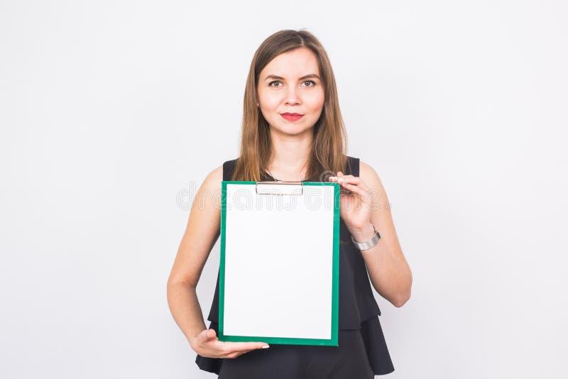 Portrait de la jeune femme d'affaires tenant une bannière vide image sur un fond blanc de studio Affaires et mode de vie image stock