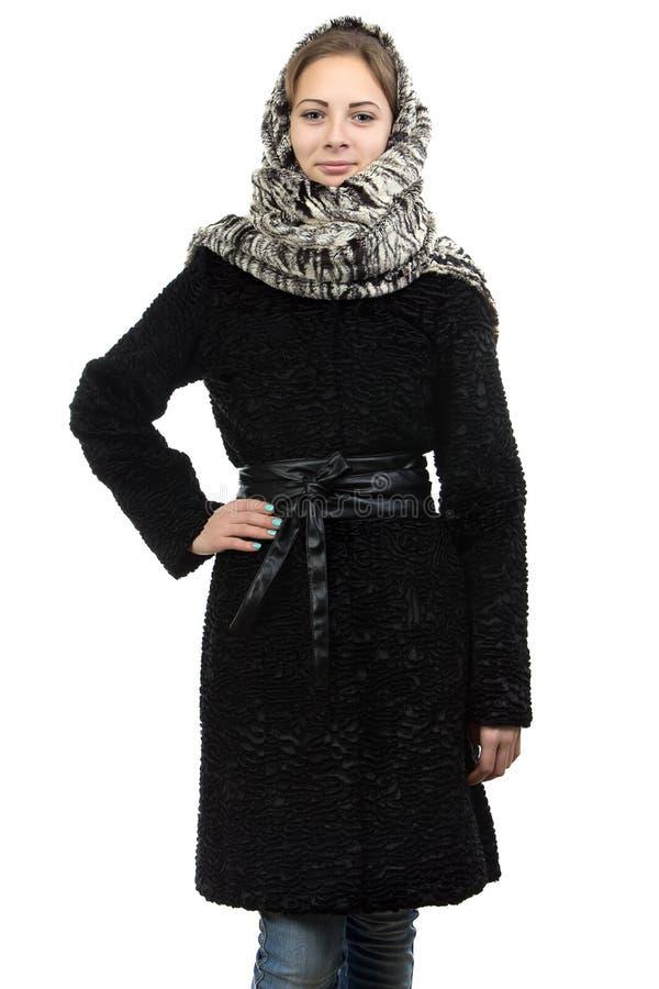 Portrait de la jeune femme dans le manteau de fourrure photographie stock