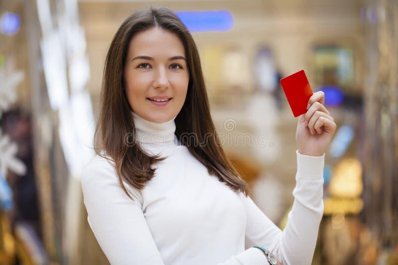 Portrait de la jeune femme de sourire d'affaires tenant la carte de crédit image libre de droits