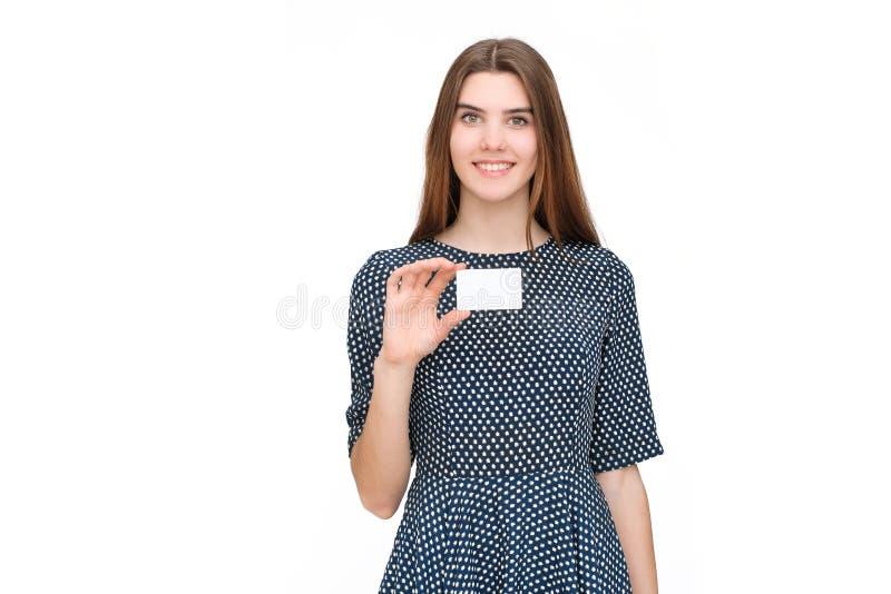 Portrait de la jeune femme de sourire d'affaires tenant la carte vierge photographie stock