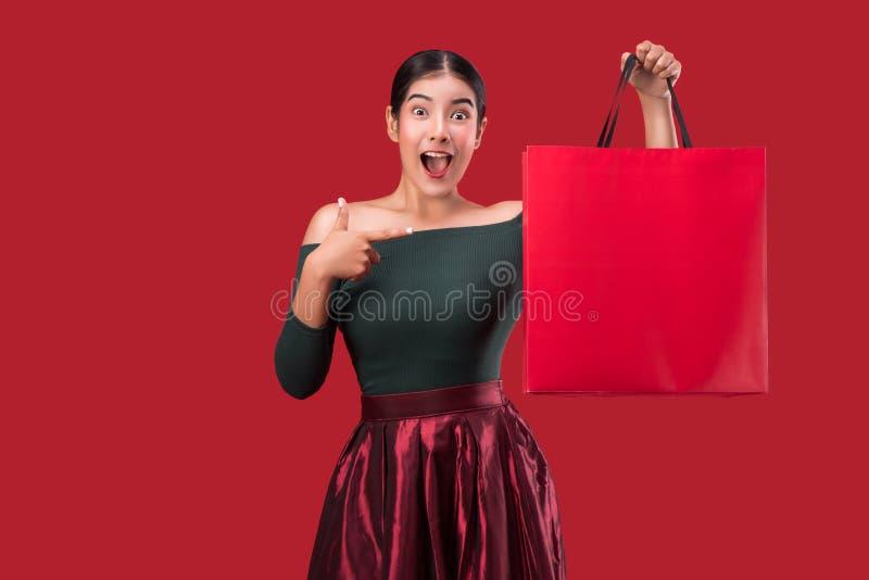 Portrait de la jeune femme mignonne heureuse posant avec l'ove de paniers photographie stock