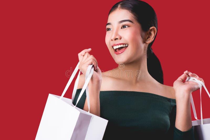 Portrait de la jeune femme mignonne heureuse posant avec l'ove de paniers photos stock