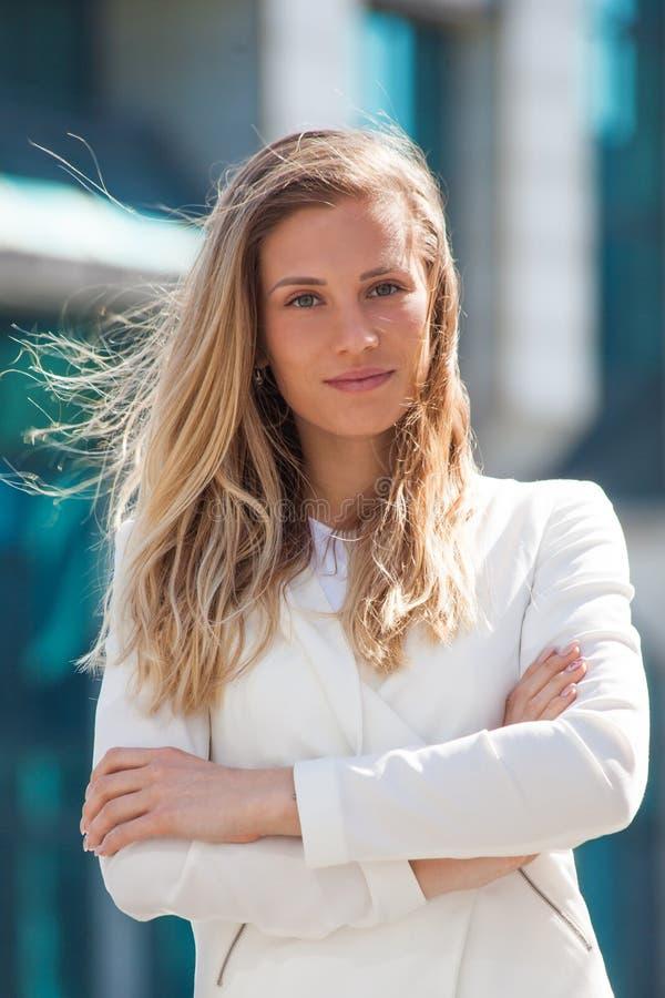 Portrait de la jeune femme de sourire d'affaires extérieure dans la ville images libres de droits