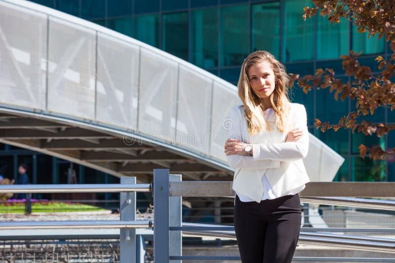 Portrait de la jeune femme de sourire d'affaires extérieure dans la ville photos libres de droits