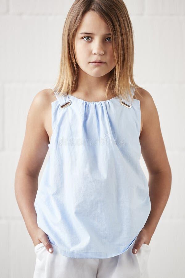 Portrait de la jeune fille élégante posant dans le studio contre le blanc photo libre de droits
