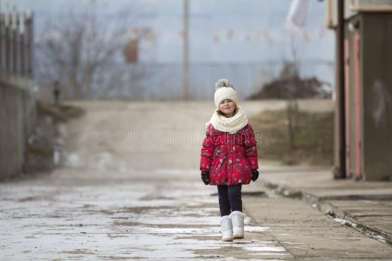 portrait de la longueur de l'imbécile de petit jeune joli gir drôle mignon d'enfant photos stock