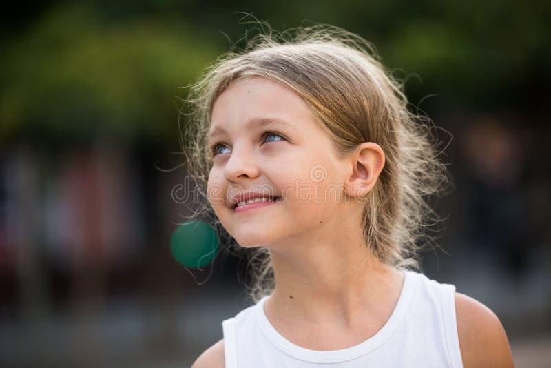 Portrait de la mère de sourire et de la petite fille achetant des veggies image stock