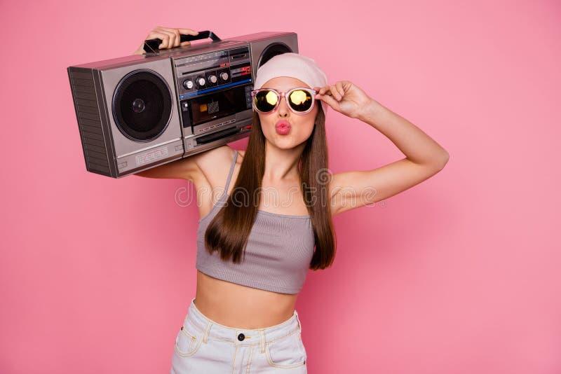 Portrait de la personne à la mode élégante tenant le boombox envoyant des baisers d'air utilisant l'eyewear de lunettes d'isoleme photographie stock libre de droits