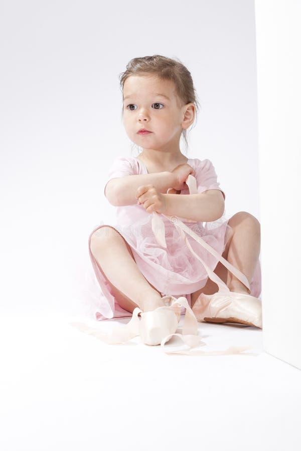 Portrait de la petite ballerine caucasienne étonnée essayant sur Pointes miniature images stock