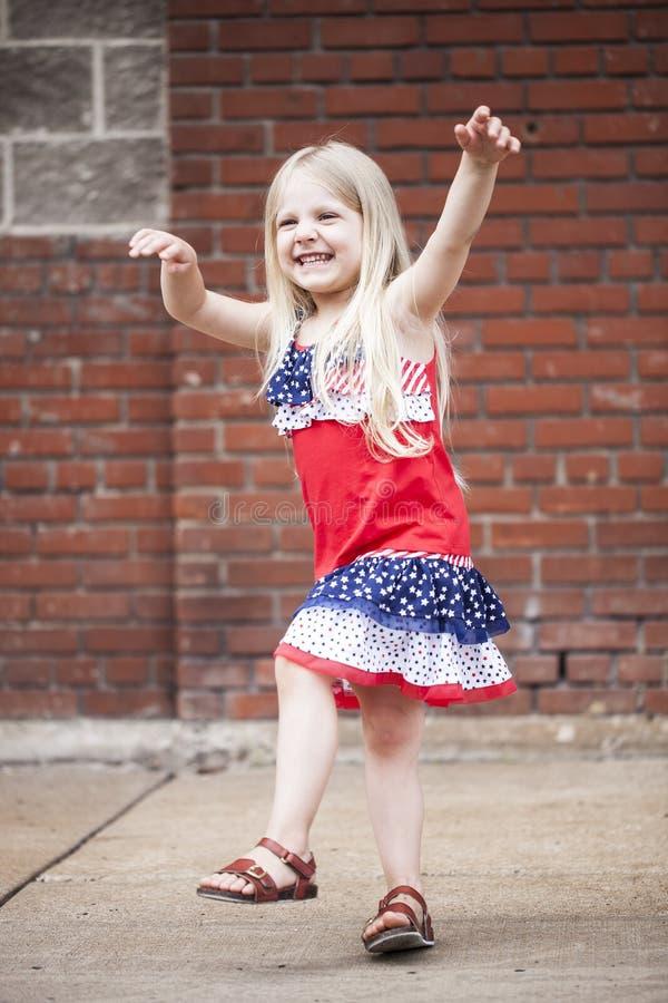 Portrait de la petite fille gaie dansant et jouant dehors photos libres de droits