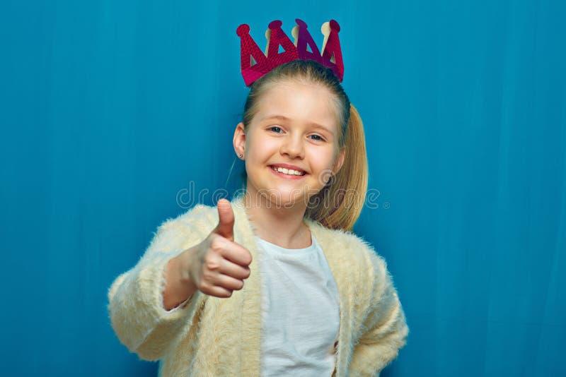 Portrait de la petite fille de sourire montrant le pouce  photo stock