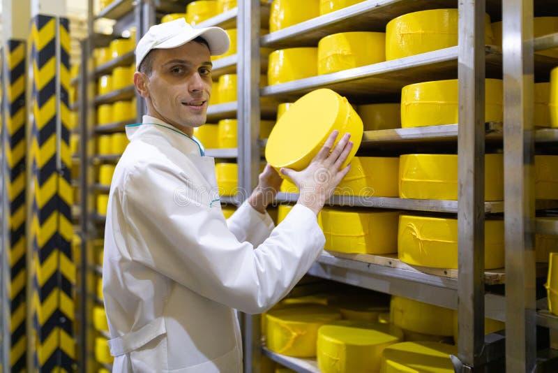 Portrait de la position d'inspecteur dans le d?partement de production de l'usine de laiterie et adopter la position de la produc photographie stock