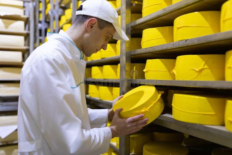 Portrait de la position d'inspecteur dans le d?partement de production de l'usine de laiterie et adopter la position de la produc photo stock