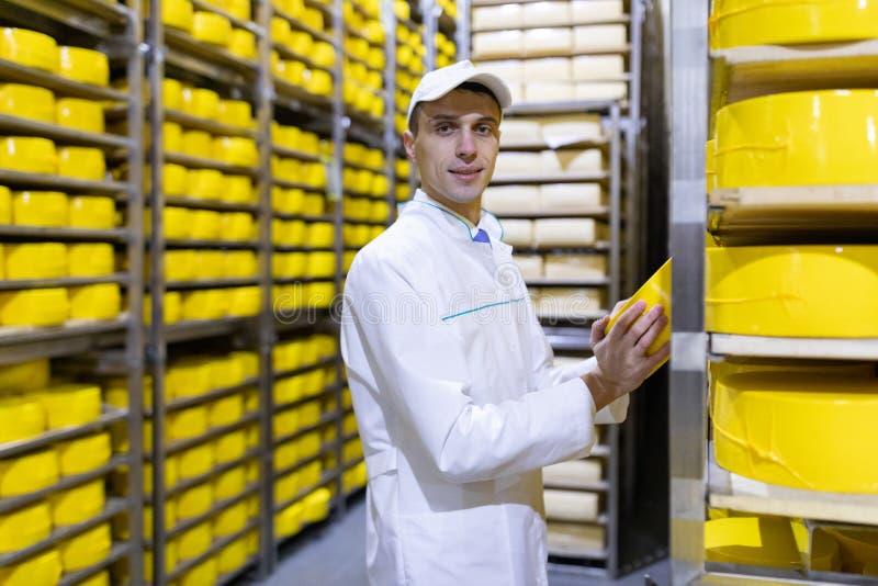 Portrait de la position d'inspecteur dans le d?partement de production de l'usine de laiterie et adopter la position de la produc photos libres de droits