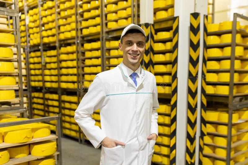Portrait de la position d'inspecteur dans le d?partement de production de l'usine de laiterie et adopter la position de la produc photo libre de droits