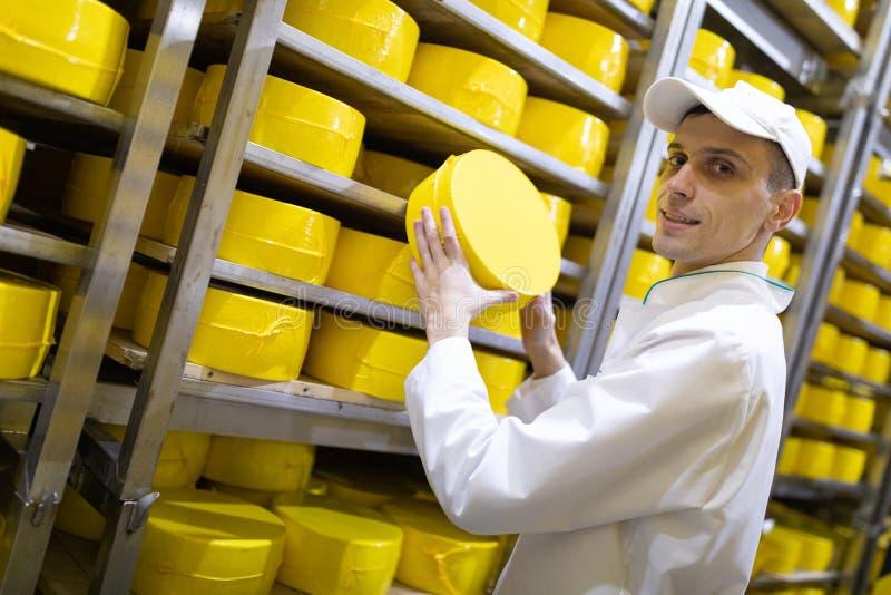 Portrait de la position d'inspecteur dans le d?partement de production de l'usine de laiterie et adopter la position de la produc image libre de droits