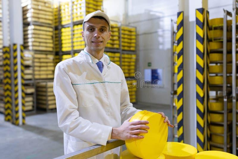 Portrait de la position d'inspecteur dans le d?partement de production de l'usine de laiterie et adopter la position de la produc image stock