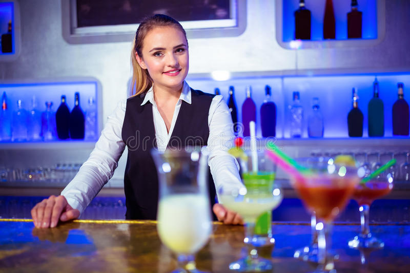 Portrait de la position de sourire de barmaid image stock