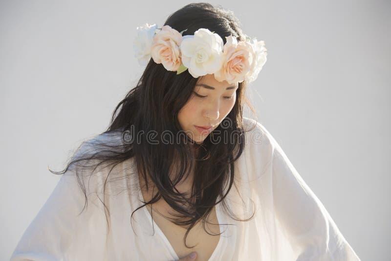 Portrait de la première femme sacrée utilisant une couronne de fleur photographie stock libre de droits