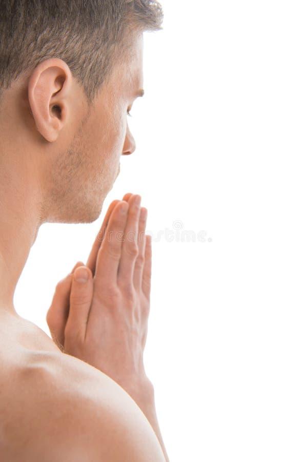 Portrait de la prière déshabillée d'homme d'ajustement. photographie stock libre de droits