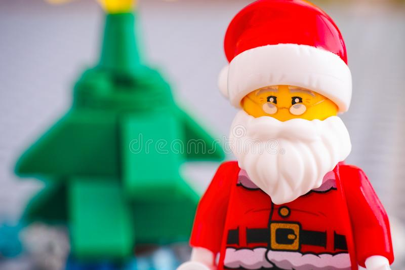 Portrait de Lego Santa Claus contre l'arbre de Noël photo stock