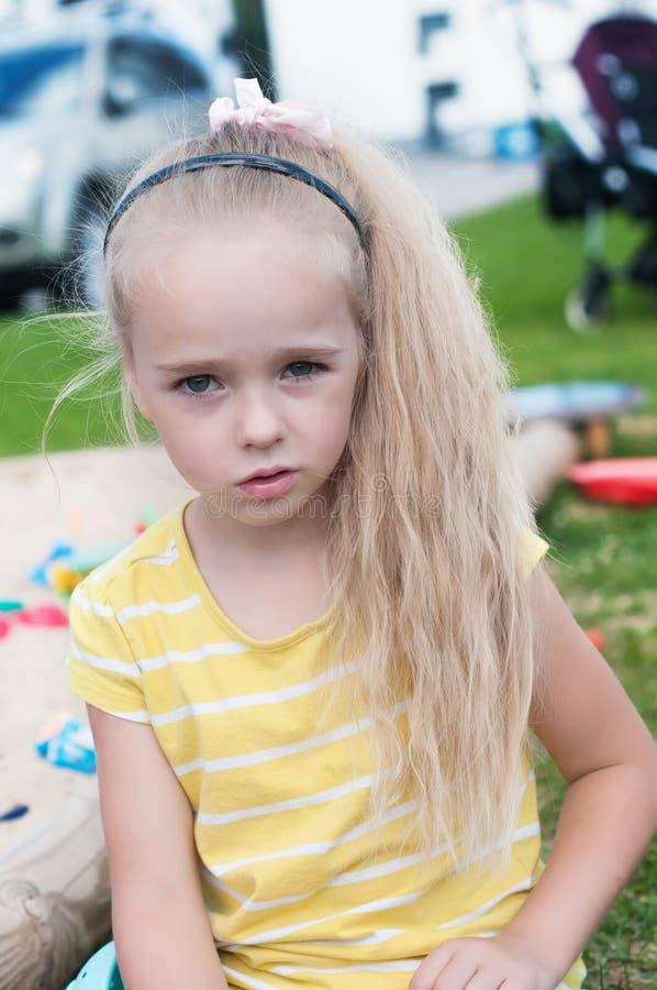 Portrait de longs cheveux de beau petit girlwith image libre de droits
