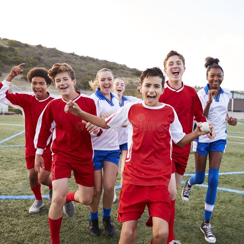 Portrait de mâle et de la célébration femelle d'équipes de football de lycée image libre de droits