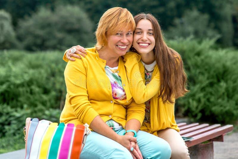 Portrait de mère avec sa fille en parc image libre de droits