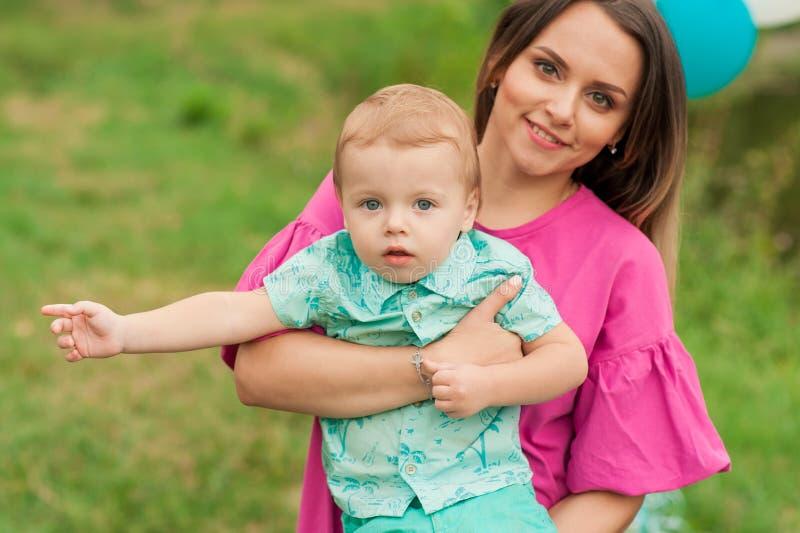 Portrait de mère avec son fils dehors photos stock