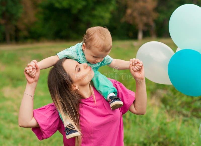 Portrait de mère avec son fils dehors photographie stock libre de droits