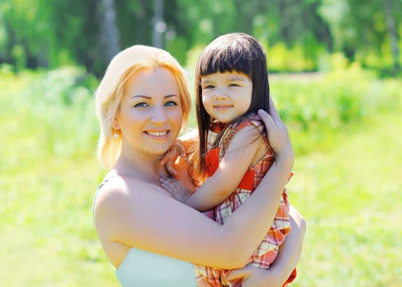 Portrait de mère et d'enfant de sourire heureux ensemble dehors photo libre de droits