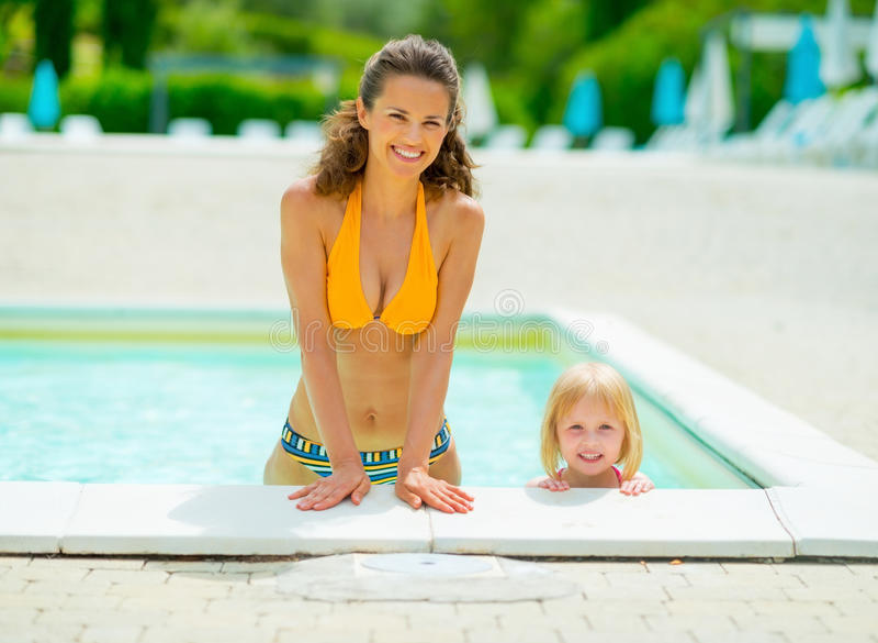 Portrait de mère et de bébé heureux dans la piscine photos libres de droits