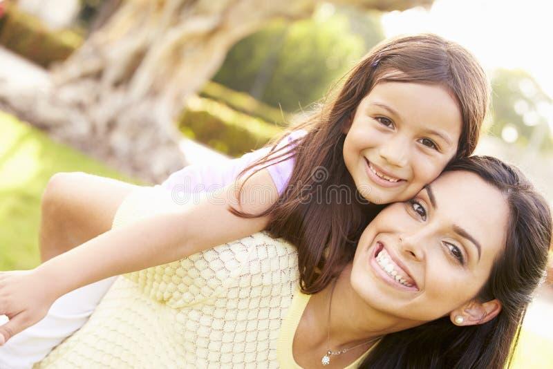 Portrait de mère et de fille hispaniques en parc image libre de droits