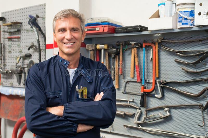 Portrait de mécanicien automobile heureux photographie stock